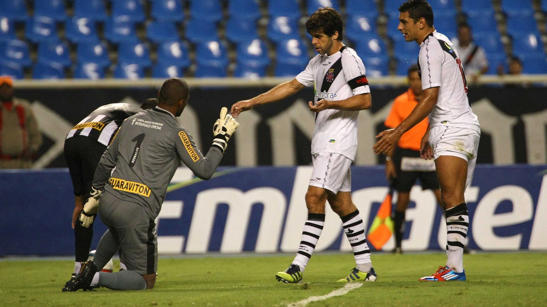 Juninho Pernambucano e Diego Souza discutem com o goleiro Jefferson, do Botafogo, em clssico no Engenho