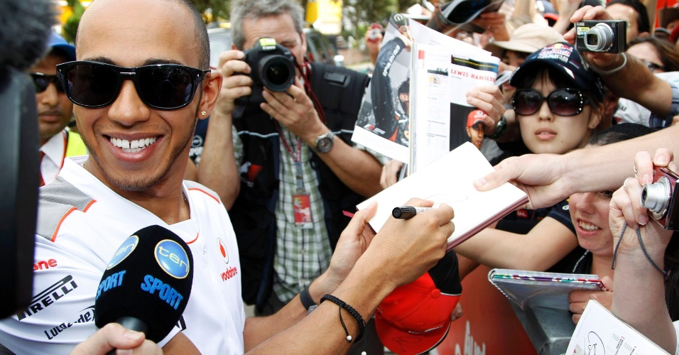 Lewis Hamilton distribui aut&#243;grafos aos f&#227;s antes da largada do GP da Austr&#225;lia