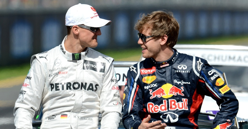 Michael Schumacher conversa com Sebastian Vettel antes do in&#237;cio do GP da Austr&#225;lia