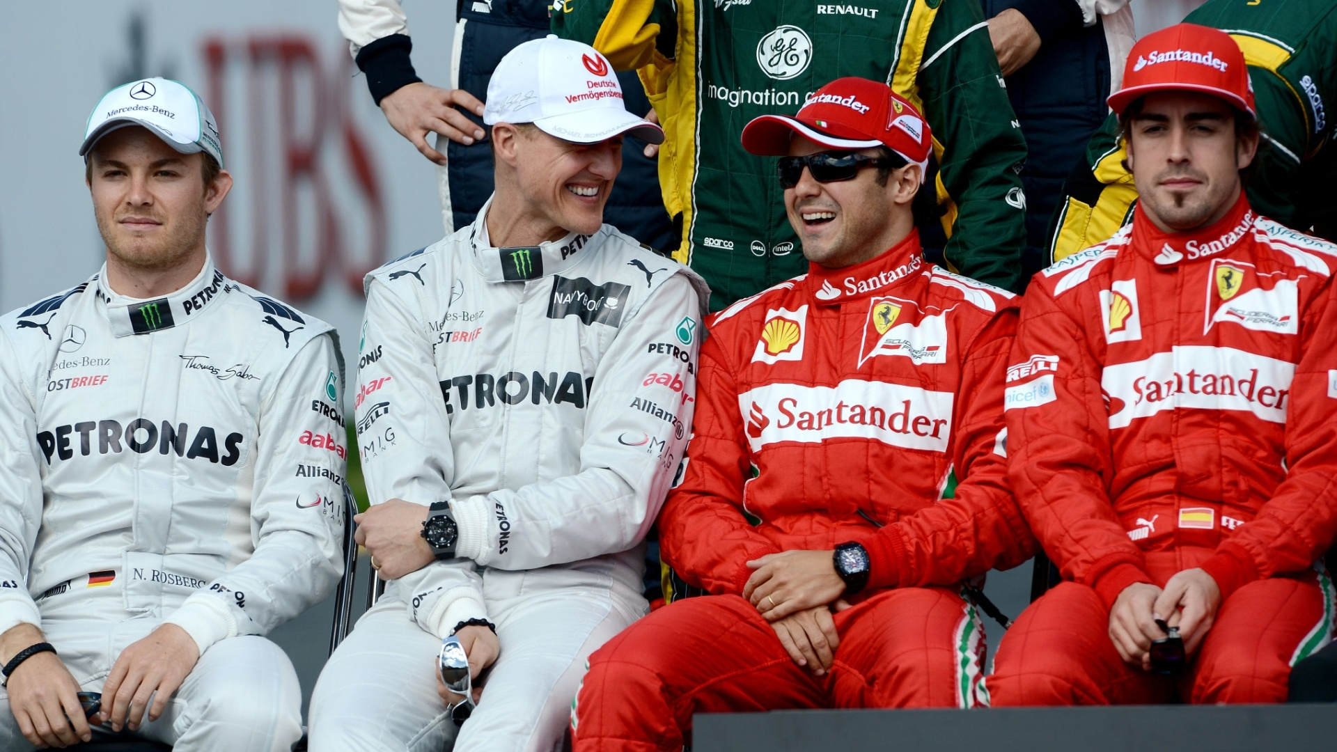 Michael Schumacher e Felipe Massa conversam de forma descontrada enquanto se preparam para a foto oficial dos pilotos