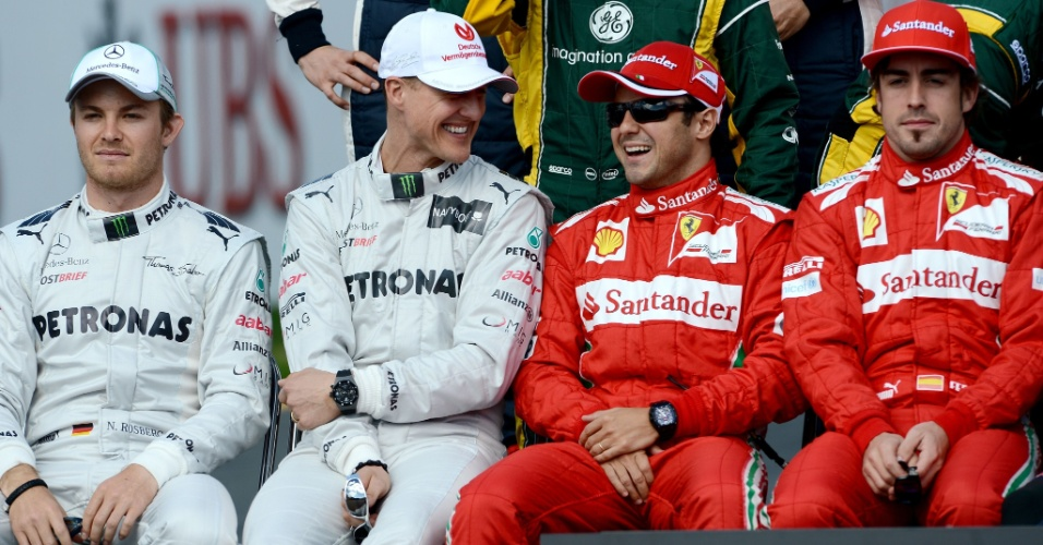 Michael Schumacher e Felipe Massa conversam de forma descontra&#237;da enquanto se preparam para a foto oficial dos pilotos