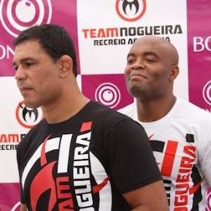 Minotauro (esq.) e Anderson Silva, foram alguns dos lutadores que estiveram na praia do Recreio, no Rio de Janeiro, em evento que reuniu mil pessoas.