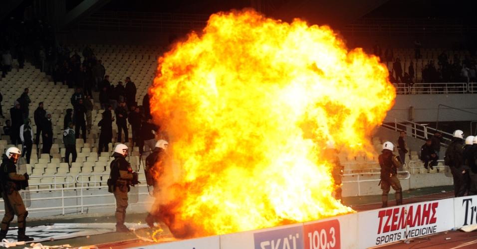 Torcedores do Panathinaikos atiraram bombas de coquetel molotov nos policiais