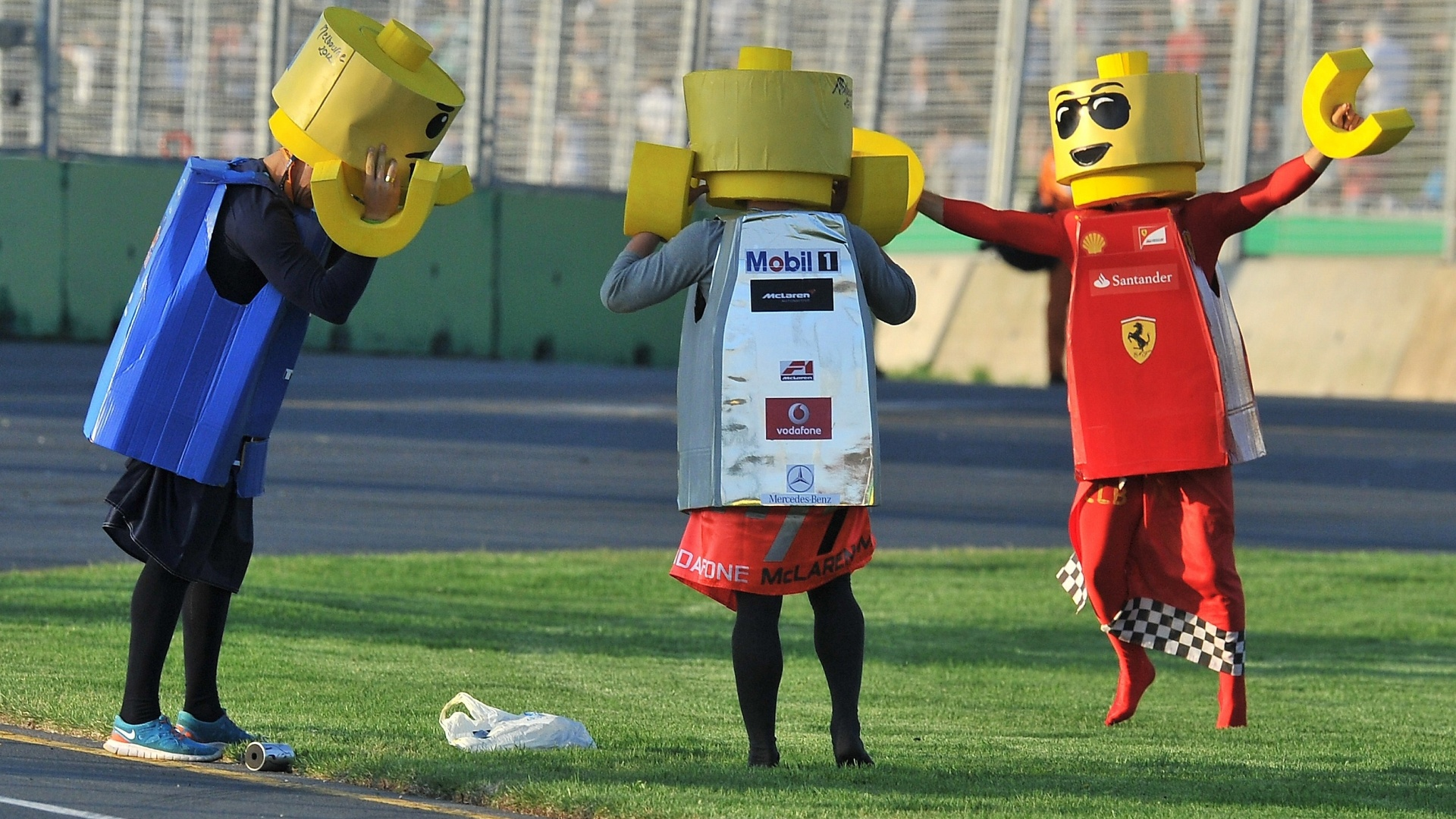 Torcedores vestidos como bonecos de Lego danam na pista de Albert Park aps o fim do GP da Austrlia