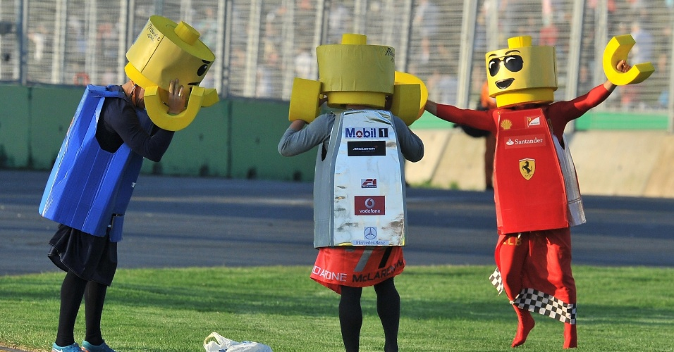 Torcedores vestidos como bonecos de Lego dan&#231;am na pista de Albert Park ap&#243;s o fim do GP da Austr&#225;lia