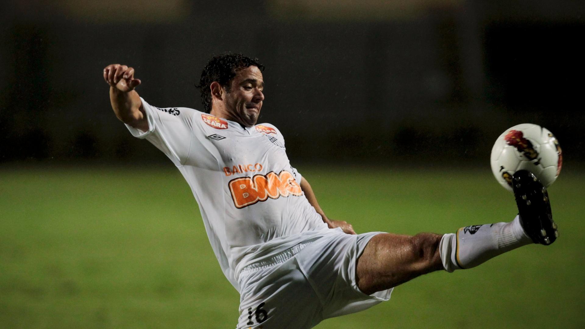 Juan se estica para alcançar a bola durante o jogo entre Santos e Juan Aurich, pela Libertadores