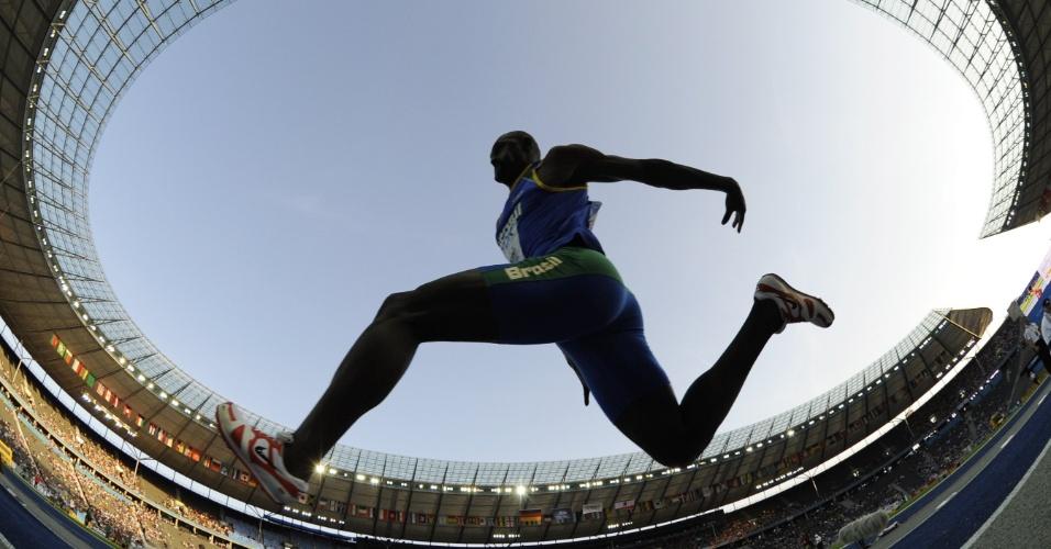 Brasileiro Jadel Gregório tenta salto durante o Mundial de Atletismo de Berlim, em 2009