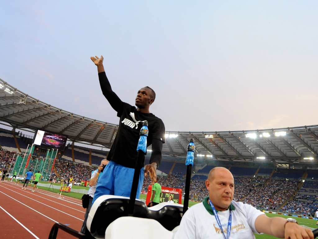 Usain Bolt acena para os torcedores italianos durante a etapa de Roma da Liga de Diamante