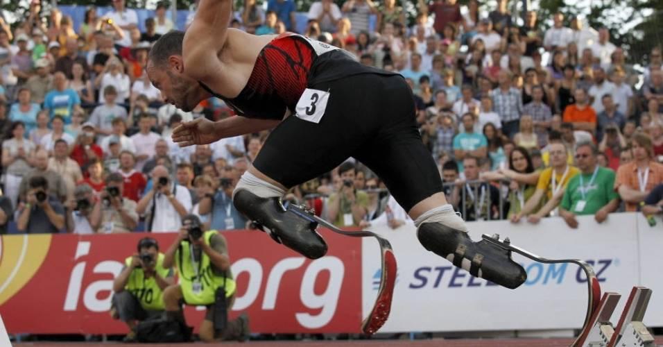 Oscar Pistorius compete nos 400 m rasos no meeting de Ostrava em maio de 2011