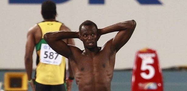 Usain Bolt leva as mos  cabea e lamenta desclassificao aps queimar a largada na final dos 100 m rasos no Mundial de Daegu (28/08/2011)