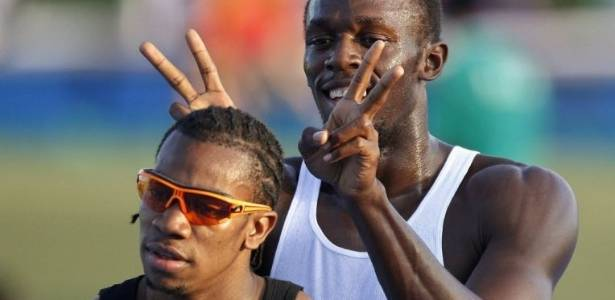 Usain Bolt faz chifrinhos em seu amigo e rival Yohan Blake em dia de folga no Mundial (31/08/2011)