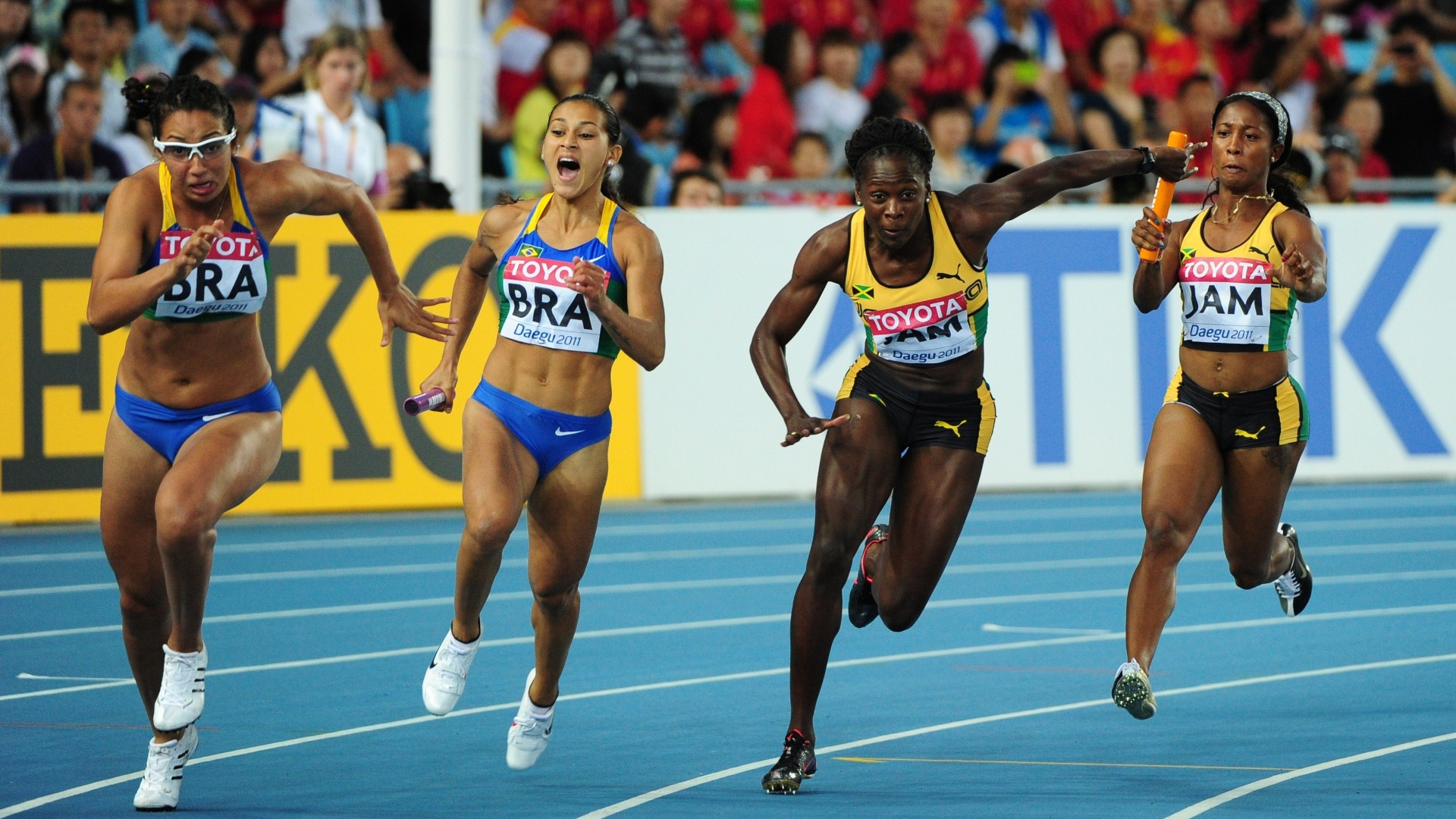 Ana Cláudia Silva passa o bastão para Vanda Gomes na semifinal do revezamento 4x100 m feminino em Daegu (04/09/2011)