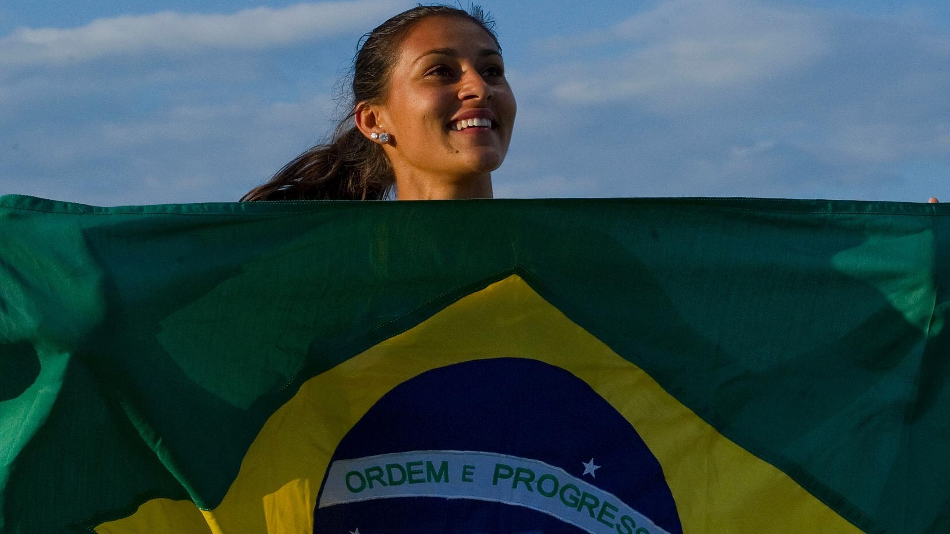Ana Claudia Lemos comemora a conquista do ouro nos 200 m dos Jogos Pan-Americanos de Guadalajara
