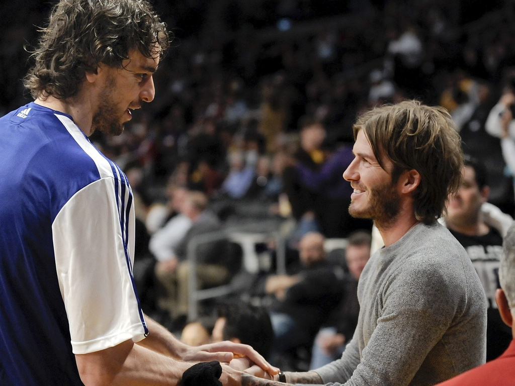 David Beckham cumprimenta Pau Gasol em partida do Los Angeles Lakers