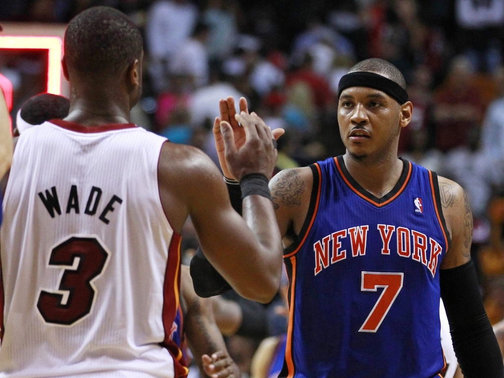 Carmelo Anthony cumprimenta Dwyane Wade aps jogo entre New York Knicks e Miami Heat