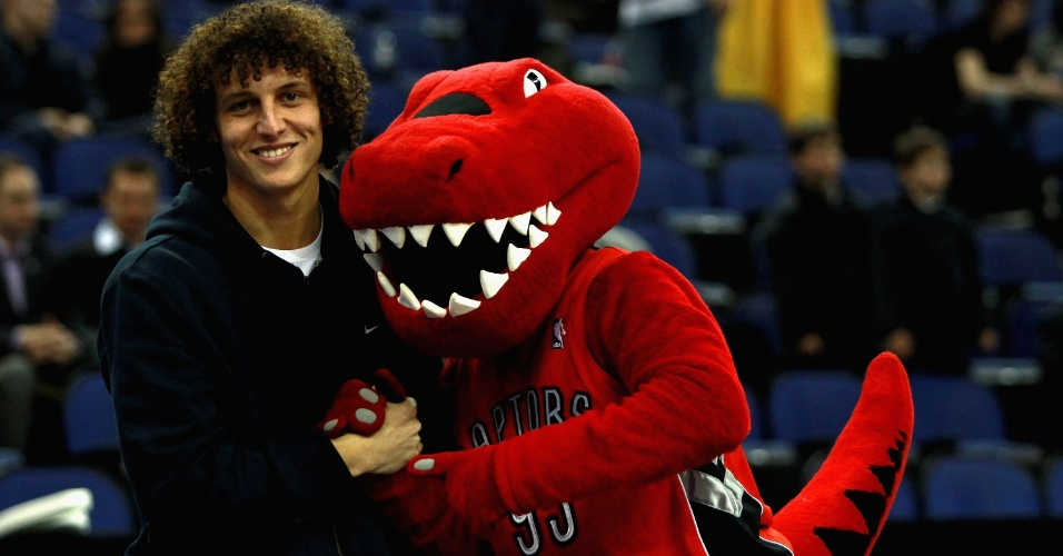 Zagueiro do Chelsea David Luiz posa com o mascote do Toronto Raptors antes da partida contra o New Jersey Nets