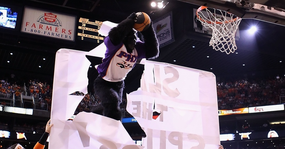 Mascote do Phoenix Suns tenta enterrada durante performance em evento da NBA