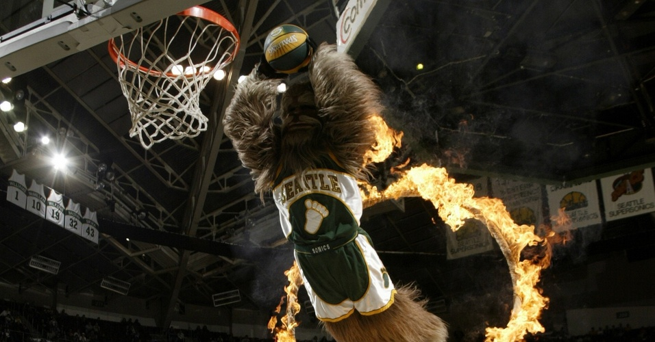 Mascote Squatch, do Seattle Supersonics, passa por aro com fogo e enterra durante partida da equipe (19/04/2006)