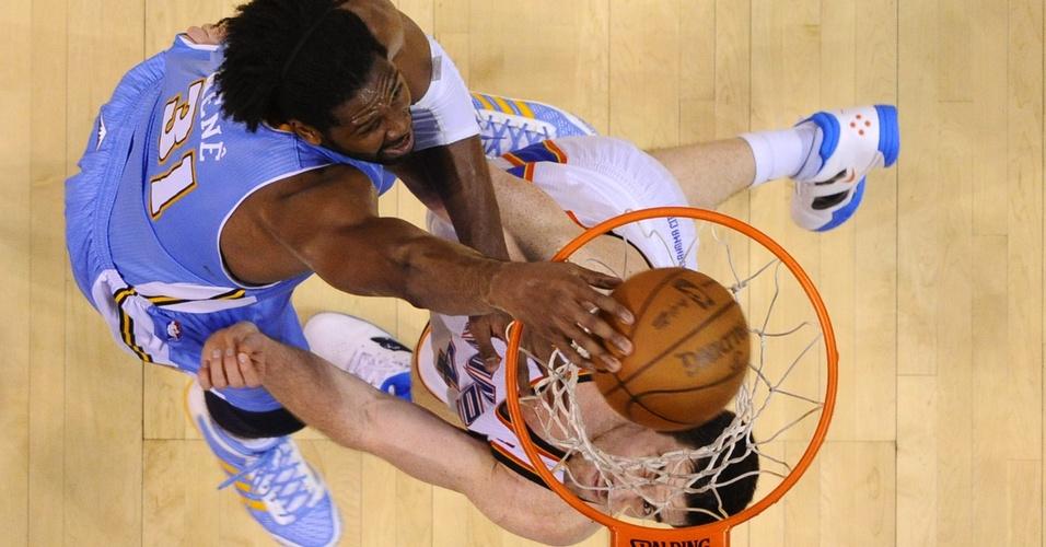 Nenê encara a marcação de Nick Collison para enterrar em derrota do Denver Nuggets para o Oklahoma City Thunder