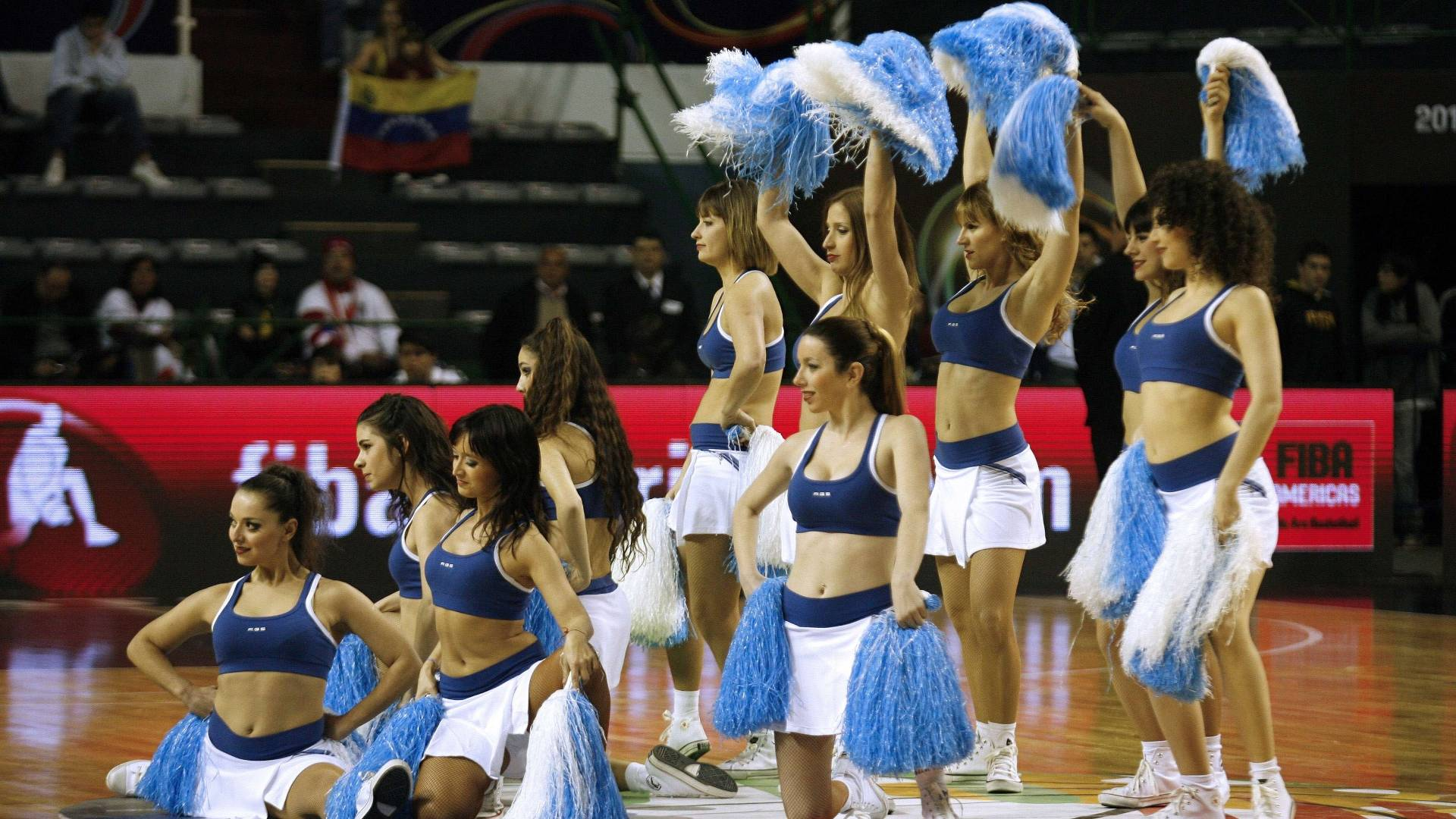 Cheerleaders animam os intervalos dos jogos de basquete no Pr-Olmpico masculino em Mar del Plata