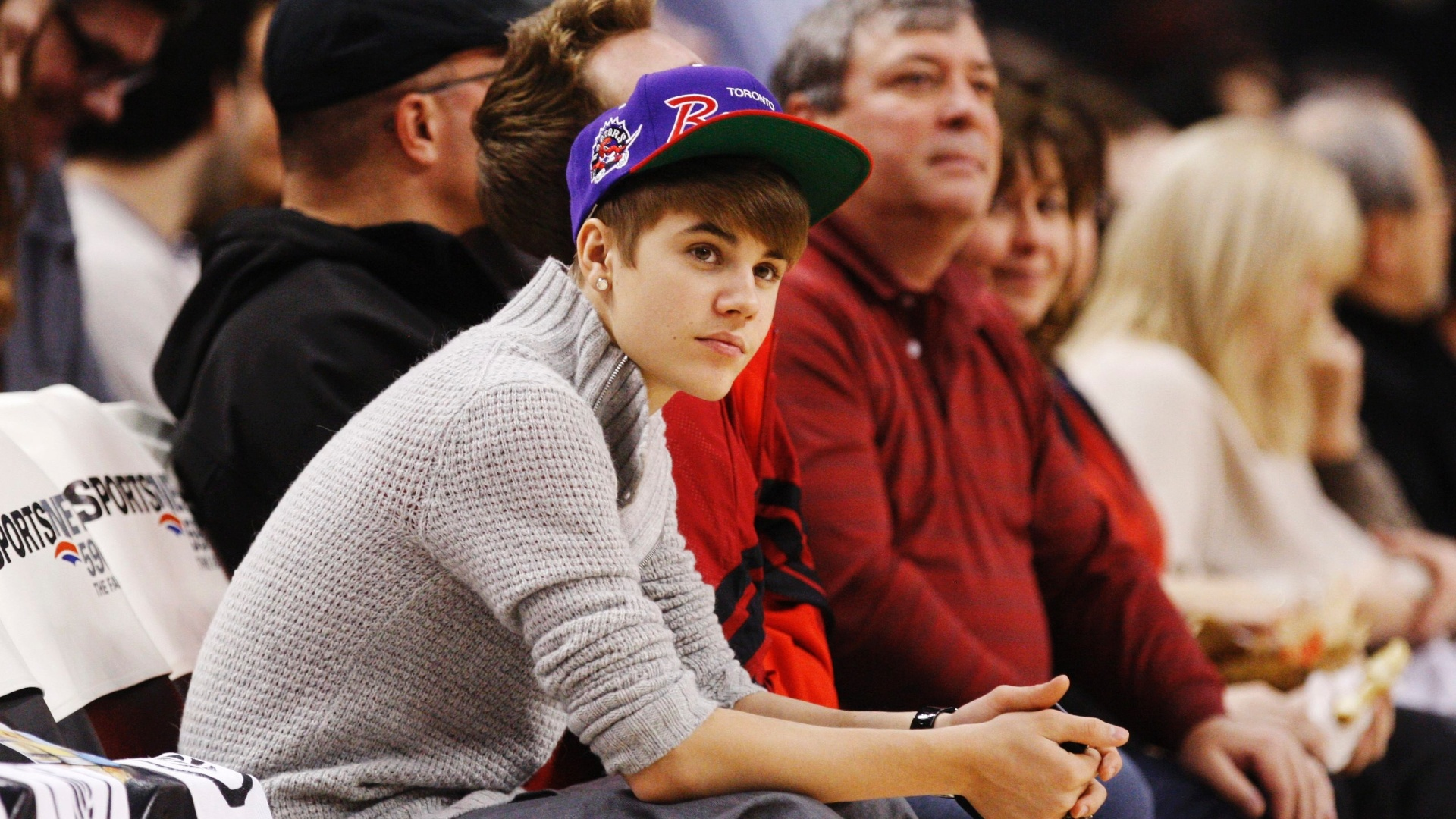 Astro Justin Bieber assiste ao jogo entre Toronto Raptors e Indiana Pacers pela NBA (28/12/2011)