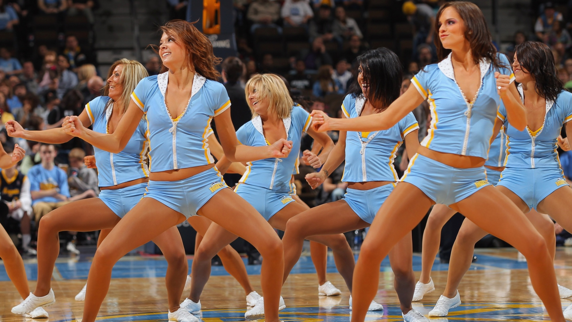 Cheerleaders fazem a festa no intervalo da partida entre New Orleans Hornets v Denver Nuggets 