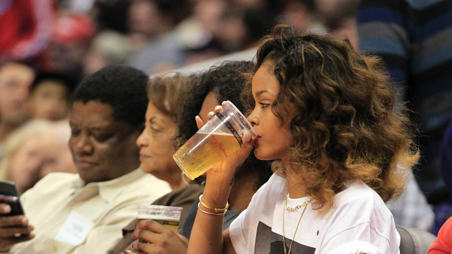 Rihanna bebe cerveja e acompanha a vitria do Los Angeles Clippers contra o Memphis Grizzlies pela NBA