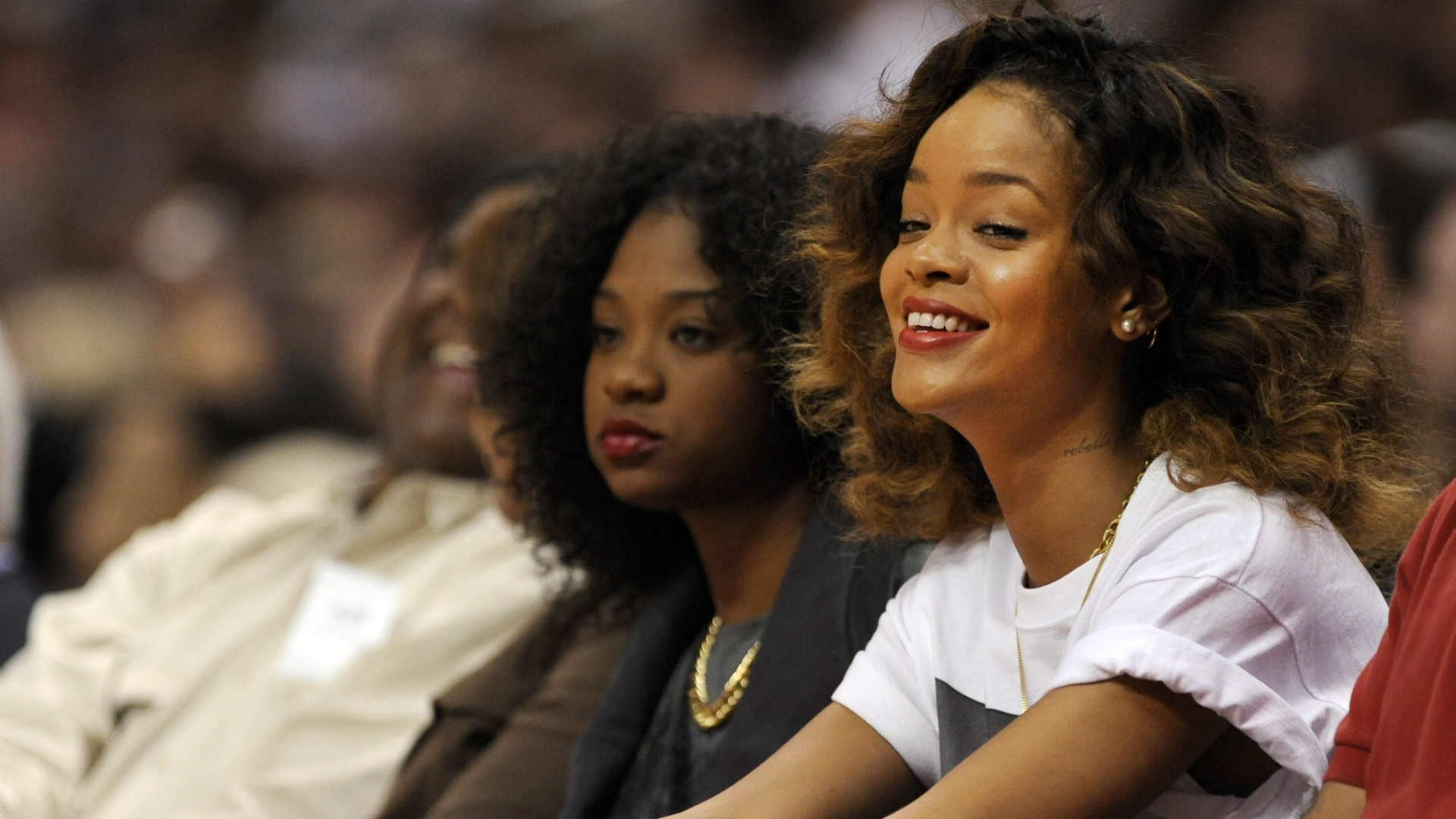 Rihanna sorri durante a partida entre Los Angeles Clippers e Memphis Grizzlies pela NBA