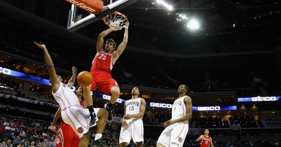 Chandler Parsons, do Houston Rockets, enterra e desequilibra Boris Diaw, do Charlotte Bobcats