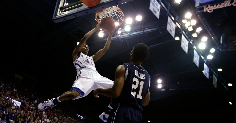 Kevin Young, do Kansas Jayhawks, enterra no jogo contra o Howard Bison
