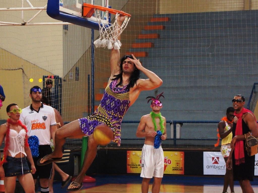 Jogadores da Liga Sorocabana se vestem de mulher durante treino de Carnaval