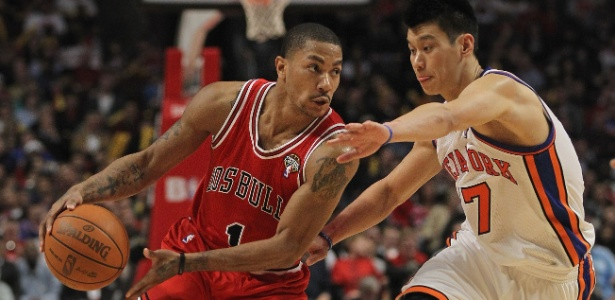 Derrick Rose (esq) levou a melhor no confronto contra Jeremy Lin na noite de segunda