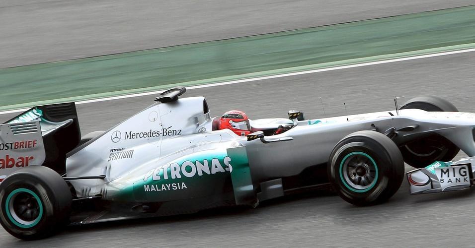 Michael Schumacher anda no penúltimo dia de testes em Barcelona
