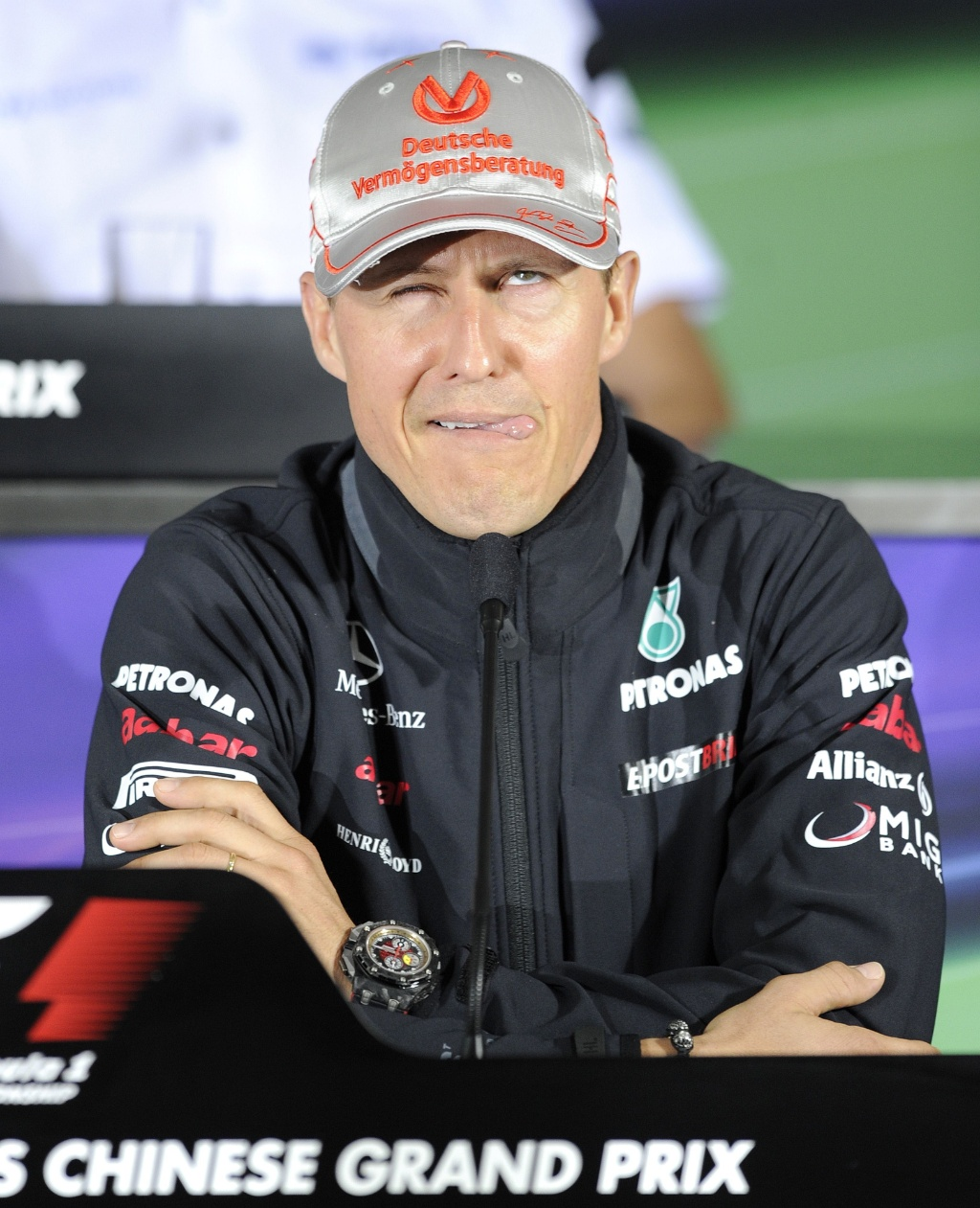 Michael Schumacher faz careta durante entrevista coletiva para GP da China