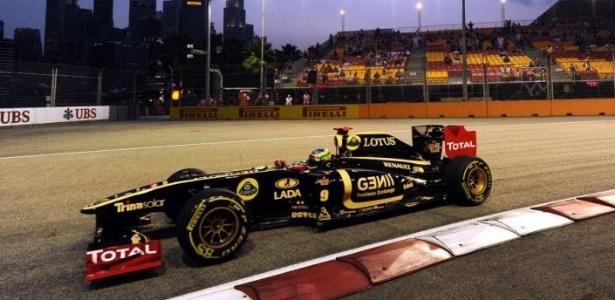 Bruno Senna pilota sua Renault durante treino para o GP de Cingapura (24/09/2011)