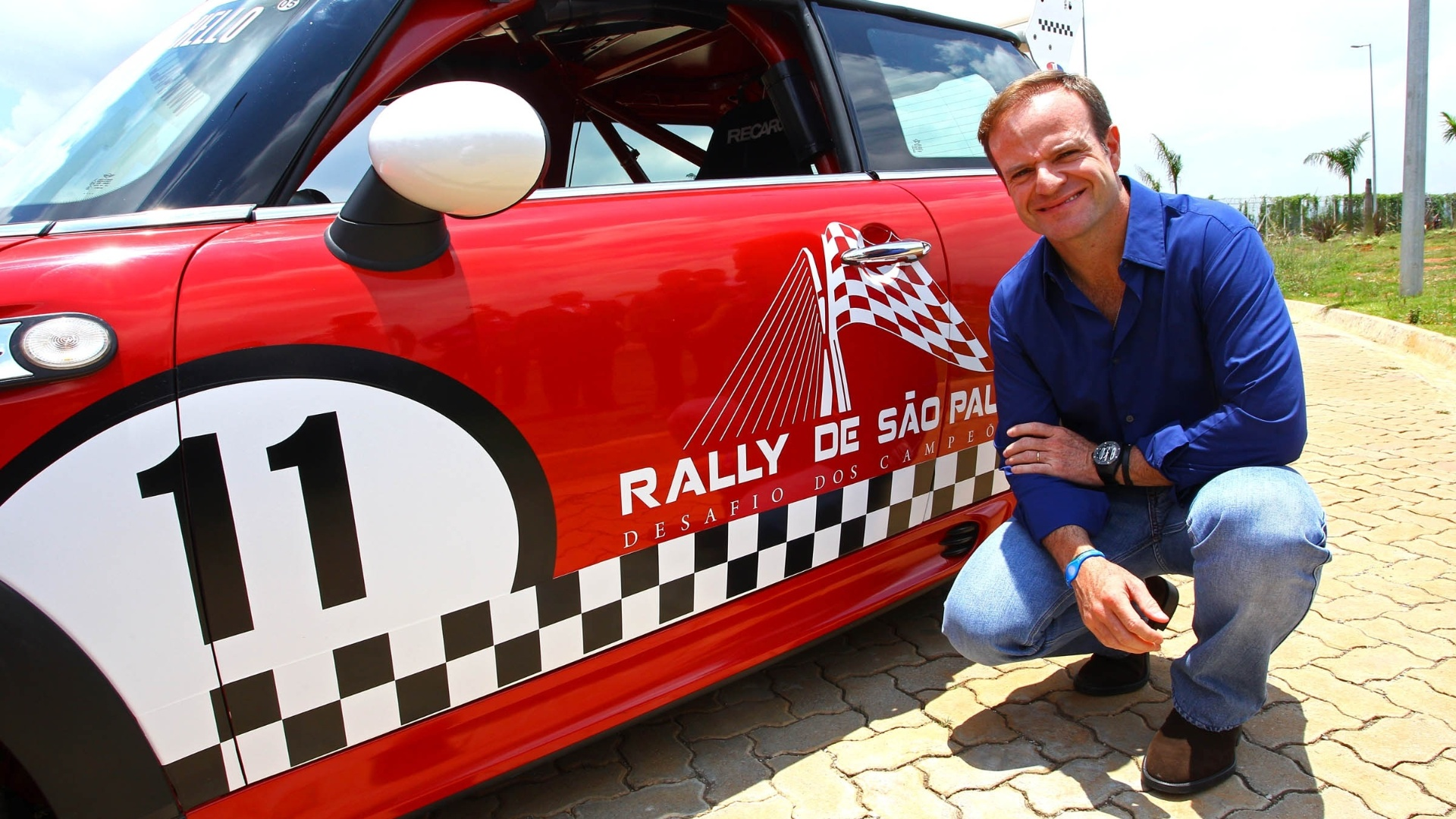 Rubens Barrichello posa com o carro que ser usado no Rally de So Paulo