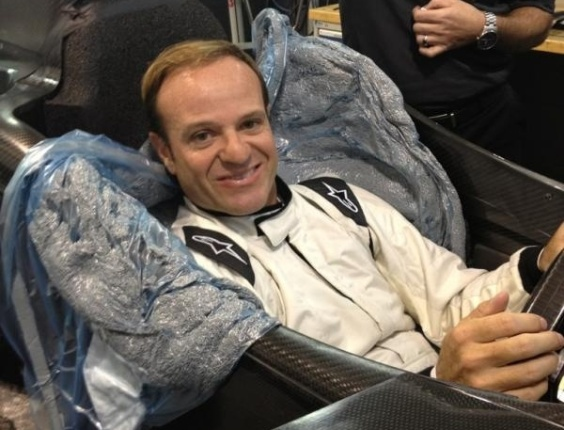 Rubens Barrichello faz ajustes no banco do carro de Tony Kanaan (26/01/2012)