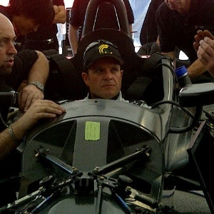 Rubens Barrichello testa o cockpit para seu teste na Indy