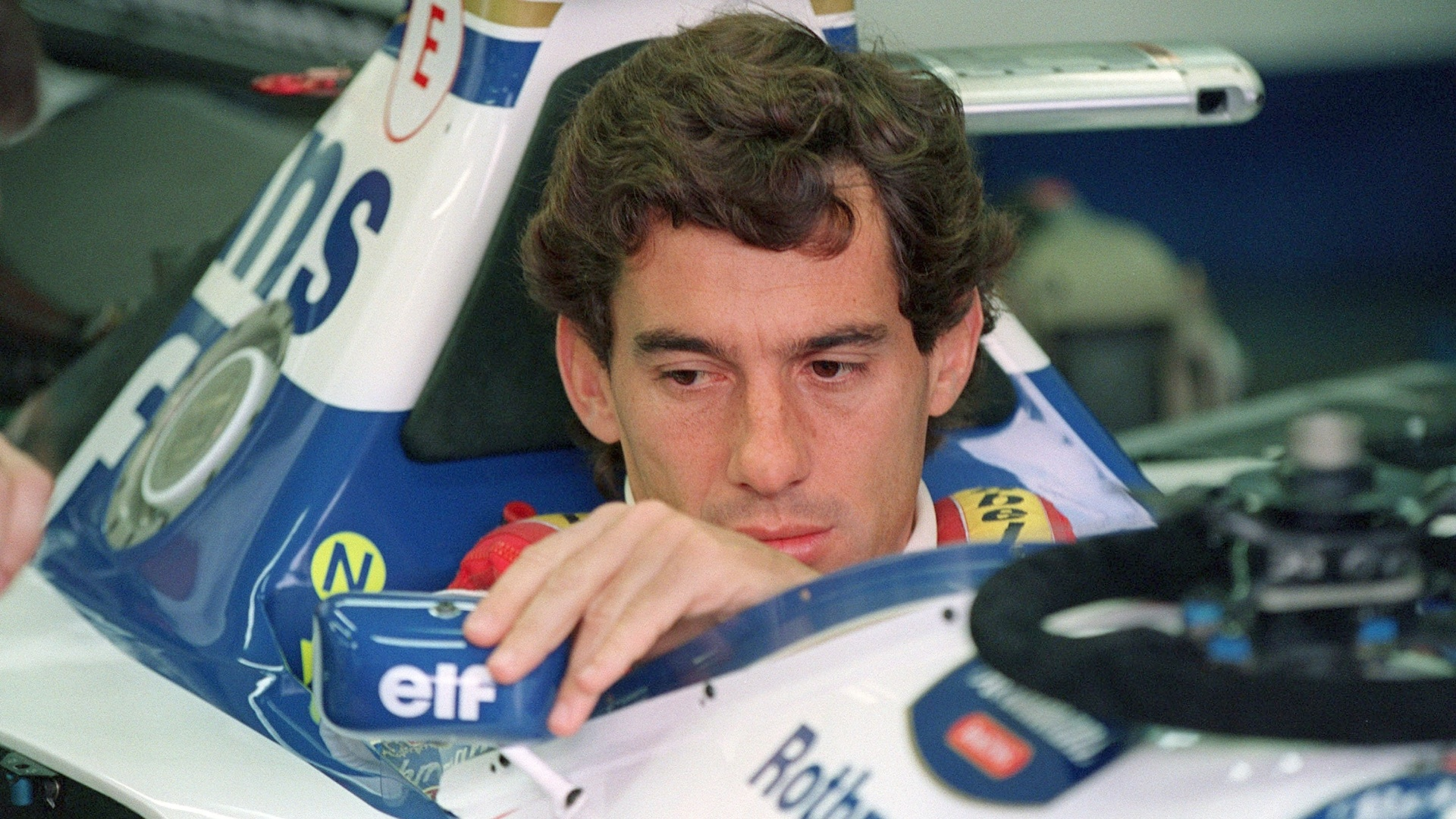 Ayrton Senna  fotografado antes do GP de mola, no qual ele morreu ao sofrer um acidente (01/05/1994)
