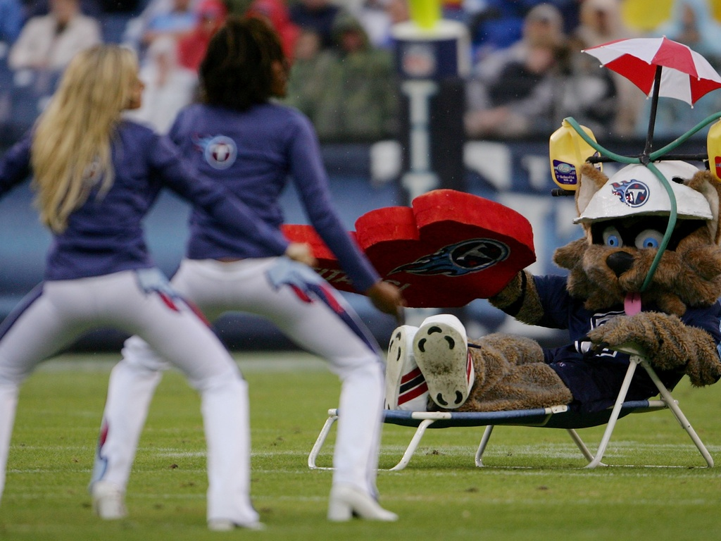 T-Rac, mascote do Tennessee Titans, aproveita a viso das cheerleaders antes de partida da equipe na NFL (02/12/2007)