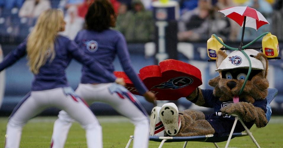 T-Rac, mascote do Tennessee Titans, aproveita a visão das cheerleaders antes de partida da equipe na NFL (02/12/2007)