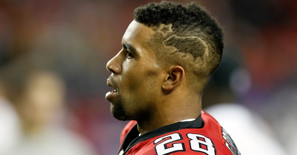 Thomas DeCoud, do Atlanta Falcons, exibe desenho nos cabelos durante partida contra o Green Bay Packers (15/01/2011)