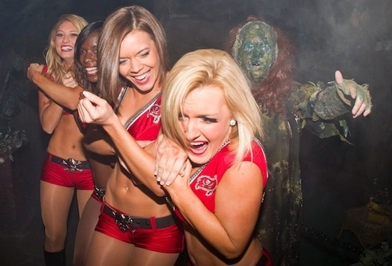 Cheerleaders do Tampa Bay Buccaneers se assustam em