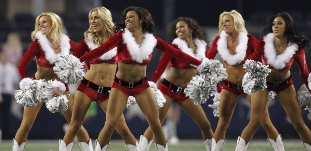 Cheerleaders do Dallas Cowboys vestidas de Mamães Noel por conta do Natal (26/12/2012)