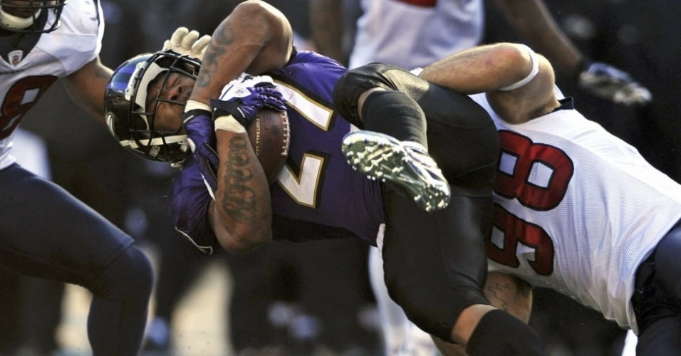 Ray Rice, do Baltimore Ravens, é agarrado por trás por Connor Barwin, do Houston Texans (15/01/2012)