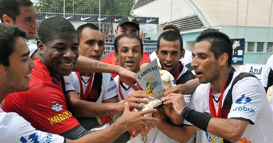Jogadores do Vasco mostram a taça de campeão da Copa Rio-São Paulo de futebol de areia