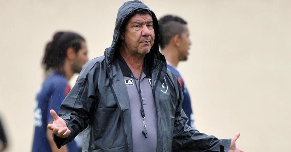 Joel Santana orienta os jogadores durante treino do Botafogo