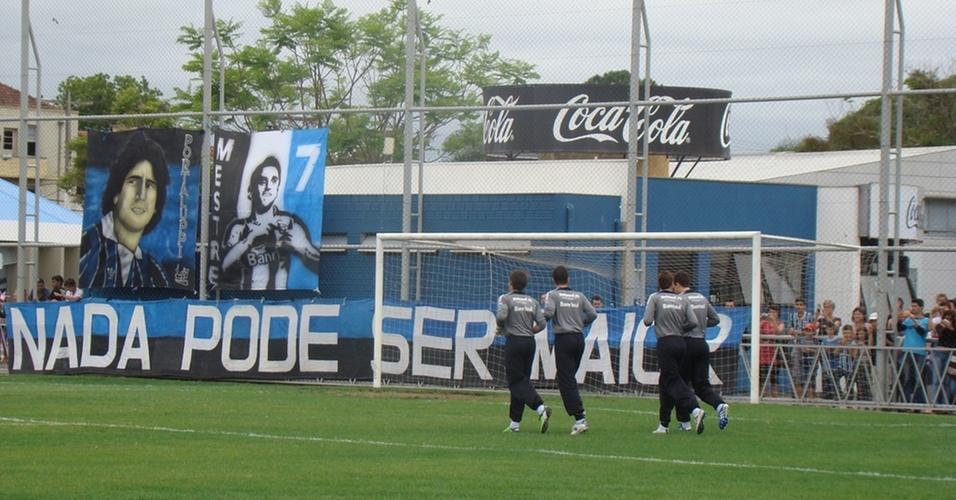 Treinamento do Grêmio com bandeira para Renato Gaúcho
