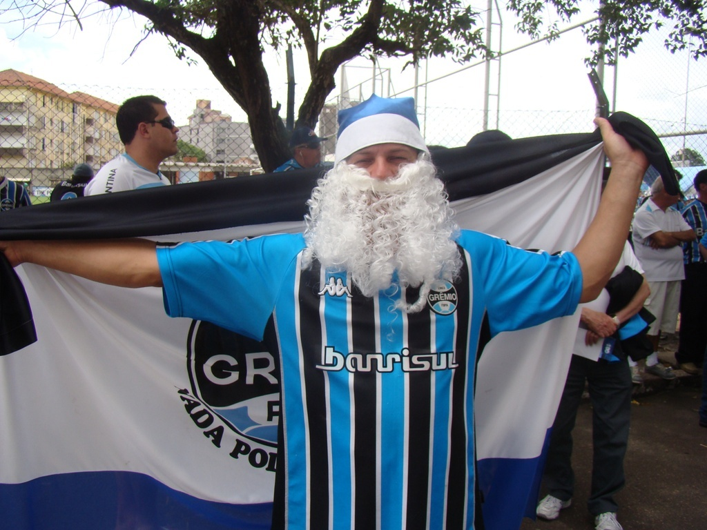 Torcedor do Grmio se veste de Papai Noel para partida contra o Botafogo