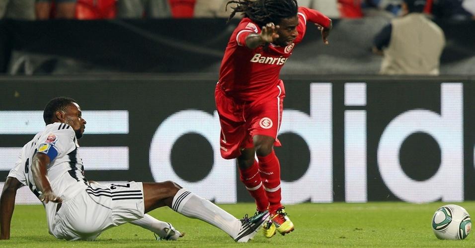 Tinga leva carrinho do capitão do Mazembe, Mihayo, na derrota do Inter no Mundial